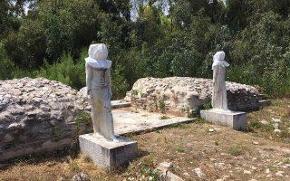 Στον νότιο πυλώνα του ιερού στην Μπρεξίζα τα καλυμμένα αντίγραφα του θεϊκού ζεύγους κρύβουν τις μεγάλες καταστροφές.