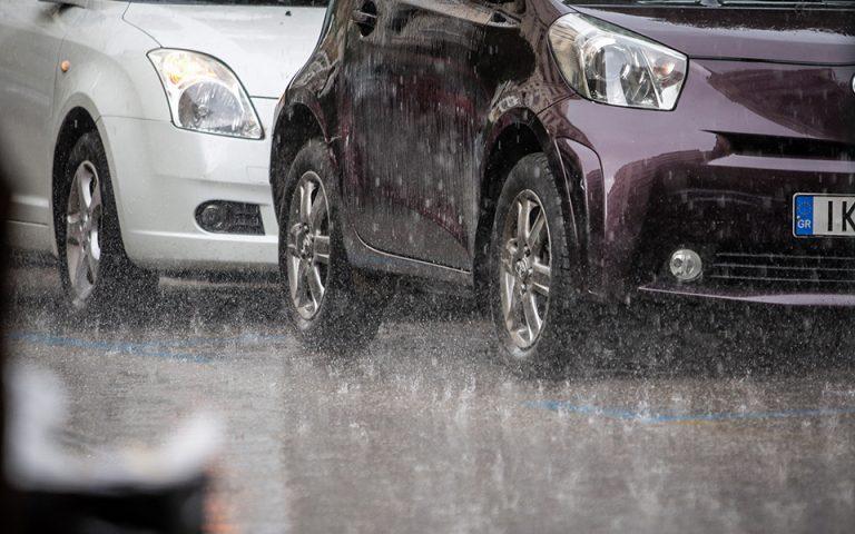 Προβλήματα στους δρόμους της Αττικής από την έντονη βροχόπτωση (φωτογραφίες)