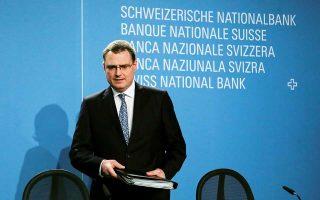 Ο εμπορικός πόλεμος και η πολιτική αστάθεια στην Ιταλία θα μπορούσαν να προκαλέσουν νέα μαζική στροφή των επενδυτών στο ασφαλές καταφύγιο του ελβετικού φράγκου. Γι' αυτό και η Τράπεζα της Ελβετίας δήλωσε έτοιμη να παρέμβει στις αγορές συναλλάγματος για να αποδυναμώσει το φράγκο σε περίπτωση ενίσχυσής του. «Βλέπουμε να αυξάνονται οι κίνδυνοι από το ζήτημα του εμπορικού πολέμου», τόνισε ο επικεφαλής της Τράπεζας Τόμας Τζόρνταν.