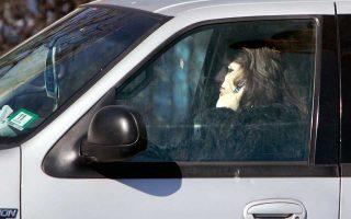 Πάγκοινη –παρότι επικίνδυνη– έχει καταστεί η συνήθεια της ομιλίας στο κινητό τηλέφωνο την ώρα της οδήγησης, σύμφωνα με έρευνα σε 11 χώρες της Ε.Ε.