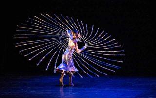 Ομαδικές χορογραφίες αλλά και εντυπωσιακά σόλο στο σόου των MOMIX, που φέτος γιορτάζουν τα 35 τους χρόνια.