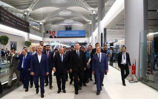 Ο Ταγίπ Ερντογάν περιηγείται στο νέο αεροδρόμιο της Κωνσταντινούπολης, όπου λίγο πριν είχε προσγειωθεί το προεδρικό αεροπλάνο, στην παρθενική πτήση προς τον τρίτο διεθνή αερολιμένα της τουρκικής μεγαλούπολης.
