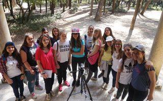 Οι μαθήτριες του 20ού Γυμνασίου, μέλη της κινηματογραφικής ομάδας, που δημιούργησαν την ταινία με τίτλο «Οπισθεν των Ανακτόρων».