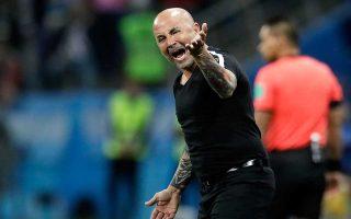 Ομαδικά «πυρά» από Τύπο, παίκτες και φιλάθλους της Αργεντινής δέχεται ο Χόρχε Σαμπαόλι μετά τη συντριβή από την Κροατία.