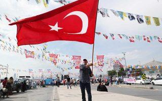 Oι δημοσκοπήσεις, λίγες μόνο μέρες πριν από τις κάλπες, δείχνουν τον Τούρκο πρόεδρο Ερντογάν να προηγείται, αν και με μικρή διαφορά, των αντιπάλων του.