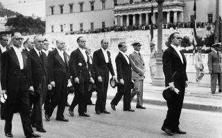 7 Οκτωβρίου 1955. Η νέα κυβέρνηση υπό τον Κωνσταντίνο Καραμανλή, έξω από τη Βουλή των Ελλήνων, μετά την κηδεία του Αλέξανδρου Παπάγου.