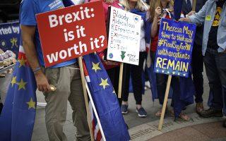 Οι διαδηλώσεις κατά του Brexit συνεχίζονται σχεδόν καθημερινά στη Βρετανία, η οποία ήδη εχει αρχίσει να νιώθει τις επιπτώσεις από το αποτέλεσμα του δημοψηφίσματος. Ο λαϊκισμός μπορεί να αποδειχθεί καταστροφικός.
