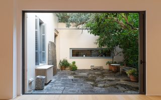 Η αυλή της γκαλερί στην οδό Επταχάλκου στο Θησείο που έχει φιλοξενήσει ιερά τέρατα της τέχνης. Τώρα παρουσιάζει έργα του Ανσέλμο.