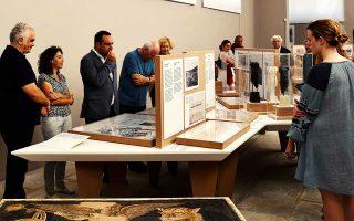 Αρχαιολογικό Μουσείο Δήλου. Από αριστερά, Δημήτρης Αθανασούλης, έφορος Αρχαιοτήτων Κυκλάδων, Μαρία Κουτσουμπού, αρχαιολόγος, και ο δήμαρχος Μυκόνου Κωνσταντίνος Κουκάς. Στο βάθος, με τα λευκά μαλλιά, διακρίνεται ο διευθυντής της Γαλλικής Σχολής Αθηνών Αλεξάντρ Φαρνό.