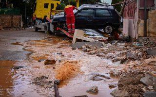 Αρκετά αυτοκίνητα παρασύρθηκαν από τις ισχυρές βροχοπτώσεις της Τρίτης και της Τετάρτης, που μετέτρεψαν ξανά τους δρόμους σε ρεματιές.