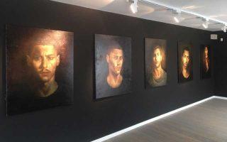 Αποψη από την αίθουσα που φιλοξενεί τα μυστηριώδη και σαγηνευτικά πορτρέτα του Μιχαήλ Τσακουντή, στην Big White Gallery.