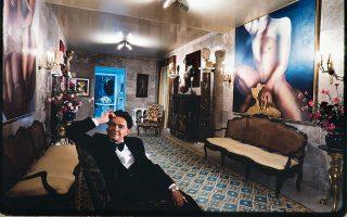 Ο Αλέξανδρος Ιόλας ποζάρει στην οικία του τον Ιανουάριο του 1983. © ARNOLD NEWMAN / GETTY IMAGES / IDEAL IMAGE