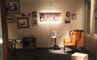Τα 12 δωμάτια αναβιώνουν τον κόσμο του τραύματος του Εμφυλίου, της μοναξιάς και της ήττας, της ταυτότητας του Νεοέλληνα, όλη την αίσθηση που έχτιζε με το έργο της η Λούλα Αναγνωστάκη.