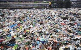 Ενας άνδρας περπατά πάνω σε πλαστικά και άλλα ανακυκλώσιμα υλικά από τις όχθες της Αραβικής Θάλασσας, που έχουν κατακλυστεί από πλαστικές σακούλες και άλλα σκουπίδια, στο Μουμπάι της Ινδίας. Σήμερα είναι η Ημέρα Περιβάλλοντος και το σύνθημα της φετινής χρονιάς είναι «Καταπολεμήστε τη ρύπανση από τα πλαστικά». Στο πλαίσιο αυτό, η Ευρωπαϊκή Ενωση προτείνει την πλήρη κατάργηση των πλαστικών ειδών μιας χρήσεως, όπως τα καλαμάκια, τα πιάτα και τα μαχαιροπίρουνα.