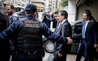 Οι οκτώ Τούρκοι αξιωματικοί διαμένουν πλέον σε καλά φυλασσόμενο κτίριο.