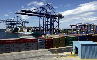 Την προηγούμενη εβδομάδα σε καθημερινή βάση, κατά προσέγγιση, απαγορευόταν η είσοδος σε 1.000 φορτηγά, 700 εκτελωνιστές, 100 υπαλλήλους πρακτορείων διεθνών ναυτιλιακών, 300 υπαλλήλους του ΣΕΠ.