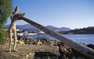 Εργο της Ελένης Μυλωνά, από την υπαίθρια, μόνιμη έκθεση στο Minos Beach Art Hotel στον Αγιο Νικόλαο Κρήτης.
