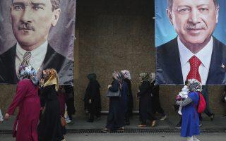 Ο Ερντογάν είναι ο πιο σημαντικός ηγέτης της Τουρκίας από την εποχή του Ατατούρκ (αριστερά) - την κληρονομιά του οποίου επιχειρεί να ανατρέψει.