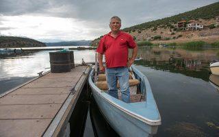 «Εύχομαι να λειτουργήσει η συμφωνία», λέει ο Τάσος Δημανόπουλος, από τους λίγους αισιόδοξους στο χωριό Ψαράδες των Πρεσπών. Φωτογραφίες: Αλέξανδρος Αβραμίδης
