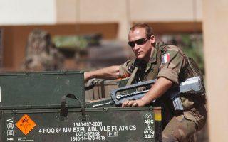 Γάλλος στρατιώτης μεταφέρει όπλα σε αεροπορική βάση στο Μπαμακό του Μάλι.