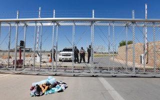 Σωρός από παιδικά ρούχα και παπούτσια βρισκόταν στην πύλη έξω από το στρατόπεδο που δημιουργήθηκε για να φιλοξενήσει τα ασυνόδευτα παιδιά μετανάστες στο πλαίσιο της εφαρμογής της πολιτικής «μηδενικής ανοχής» από την κυβέρνηση Τραμπ.