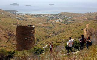 Ο Πύργος του Αγίου Πέτρου είναι χτισμένος από σχιστόλιθο, πέτρωμα που υπάρχει σε αφθονία στο υπέδαφος της Άνδρου. (Φωτογραφία: ΝΙΚΟΣ ΚΟΚΚΑΣ)