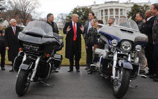 Ο Ντόναλντ Τραμπ ανάμεσα σε δύο μοτοσικλέτες Harley-Davidson στον αύλειο χώρο του Λευκού Οίκου. Ο Αμερικανός πρόεδρος έχει χαρακτηρίσει στο παρελθόν τη Harley-Davidson υποδειγματική αμερικανική βιομηχανία. Ο εμπορικός πόλεμος, όμως, την αναγκάζει να μεταφέρει μέρος της παραγωγής της στο εξωτερικό.