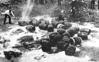 Βαρέλια με μπύρα καταστρέφονται από αστυνομικούς, υπεύθυνους για το παράνομο εμπόριο αλκοολούχων ποτών, κατά την περίοδο της Ποτοαπαγόρευσης, σε κάποια χωματερή της Νέας Υόρκης, το 1931. (ΑP Photo)