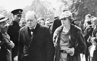 Ο μετέπειτα πρωθυπουργός της Βρετανίας, Ουίνστον Τσόρτσιλ, και η σύζυγος του, Κλημεντίνη, παρευρίσκονται στην κηδεία του Βρετανού αρχαιολόγου, στρατιωτικού και συγγραφέα Τόμας Έντουαρντ Λόρενς, ευρύτερα γνωστού ως «Λόρενς της Αραβίας», σε μία εκκλησία του χωριού Μόρτον της κομητείας του Μέρσεϊσαϊντ, στην Αγγλία, το 1935. Μετά από αίτημα του ιδίου, η κηδεία του θρυλικού περιπετειώδη Βρετανού υπήρξε λιτή, με μόλις λίγους φίλους να τον αποχαιρετούν στο τελευταίου του ταξίδι. (AP Photo)
