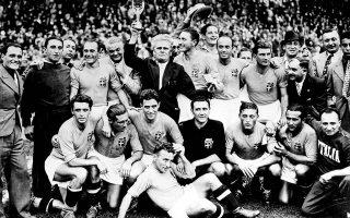 Ο προπονητής της εθνικής ομάδας της Ιταλίας, Βιττόριο Πότσο, περιτριγυρισμένος από τους Ιταλούς ποδοσφαιριστές, επιδεικνύει το τρόπαιο του Παγκοσμίου Κυπέλλου του 1938, στο στάδιο Κολόμπ του Παρισιού. Στον αγώνα, ο οποίος έλαβε χώρα με τις τυμπανοκρουσίες του Β' Παγκοσμίου Πολέμου να ηχούν δυνατά, η Ιταλία υπερασπίστηκε τον τίτλο της παγκόσμιας πρωταθλήτριας, κερδίζοντας την Ουγγαρία με 4-2. (ΑP Photo)