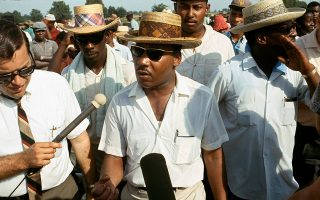 O Aμερικανός ιερέας των Βαπτιστών και ηγέτης του αφροαμερικανικού κινήματος για τα πολιτικά δικαιώματα, Μάρτιν Λούθερ Κινγκ, μιλάει στους δημοσιογράφους, ενώ ηγείται της μεγάλης πορείας 350 και πλέον χιλιομέτρων από το Μέμφις του Τενεσί στο Τζάκσον του Μισισίπι, την οποία ξεκίνησε ένας άλλος θρυλικός Αμερικανός ακτιβιστής, ο Τζέιμς Μέρεντιθ, από μία αγροτική περιοχή του Μισισίπι, το 1966. Ο Κινγκ και άλλες ηγετικές προσωπικότητες του κινήματος για τα πολιτικά δικαιώματα αποφάσισαν να συνεχίσουν την πορεία παρά την αποχώρηση του Μέρεντιθ, ο οποίος έπεσε θύμα πυροβολισμού και τραυματίστηκε. (AP Photo)