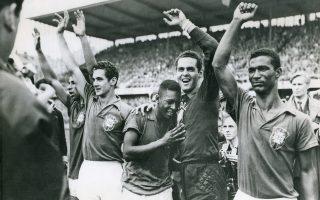 Ο μόλις 17 ετών Έντσον Αραντες ντο Νασιμέντο, ευρύτερα γνωστός ως Πελέ, κλαίει από συγκίνηση στον ώμο του τερματοφύλακα Γκιλμάρ Ντος Σάντος Νέβες, μετά τη λήξη του τελικού του Παγκοσμίου Κυπέλλου του 1958, στη Στοκχόλμη, στον οποίο η Βραζιλία κέρδισε με 5-2 την Σουηδία, κατακτώντας το πρώτο από τα πέντε παγκόσμια κύπελλα της ιστορίας της. O Πελέ σκόραρε δύο από τα πέντε τέρματα της ομάδας του. (AP Photo)