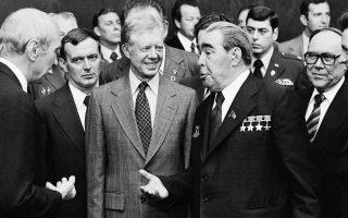 Ο Αμερικανός πρόεδρος Τζίμι Κάρτερ συναντάει για πρώτη φορά τον ηγέτη της Σοβιετικής Ένωσης, Λεόνιντ Μπρέζνιεφ, κατά τη τη διάρκεια μιας συνάντησης κορυφής ΗΠΑ - ΕΣΣΔ στη Βιέννη, το 1979. (AP Photo)