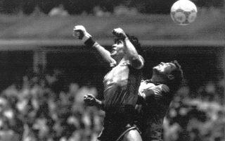 Σε μία από τις ιστορικότερες μέρες στην ιστορία του παγκοσμίου ποδοσφαίρου, ο Ντιέγκο Αρμάντο Μαραντόνα πετυχαίνει τα δύο θρυλικότερα γκολ της καριέρας του και δίνει στην εθνική ομάδα της Αργεντινής την πρόκριση στα ημιτελικά του Παγκοσμίου Κυπέλλου του 1986. Η Αργεντινή επικράτησε με 2-1 επί της Αγγλίας, με τον Μαραντόνα να ανοίγει το σκορ με το «χέρι του θεού» και να διπλασιάζει τα τέρματα της ομάδας του με το «γκολ του αιώνα», περνώντας μόνος του όλη την αντίπαλη άμυνα, έχοντας ξεκινήσει την «κούρσα» του από τη σέντρα του γηπέδου. (AP Photo/El Grafico)