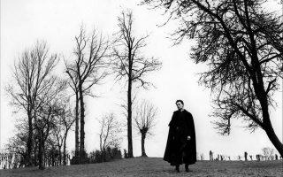 Ο εφημέριος όπως τον απέδωσε ο σκηνοθέτης Ρομπέρ Μπρεσόν στην ομότιτλη ταινία του, που βασίστηκε στο «Ημερολόγιο» (αριστερά), είχε μυήσει ήδη από το 1951 τους σινεφίλ στο σύμπαν του συγγραφέα Ζορζ Μπερνανός.