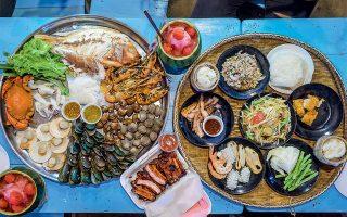 Χάρμα οφθαλμών:  πλατό θαλασσινών, χοιρινά παϊδάκια και δροσερές σαλάτες με εξωτικά φρούτα σε πάγκο της νυχτερινής αγοράς Ratchada.(Φωτογραφία: David Rama Terrazas Morales/The New York Times)