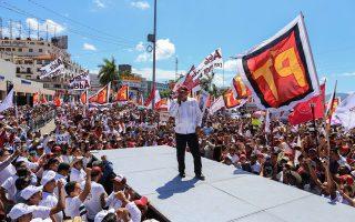 Ο υποψήφιος της αριστεράς για την προεδρία του Μεξικού, Αντρές Μανουέλ Λόπες Ομπραδόρ, κατά την προεκλογική του εκστρατεία στο Γκερρέρο, Μεξικό.