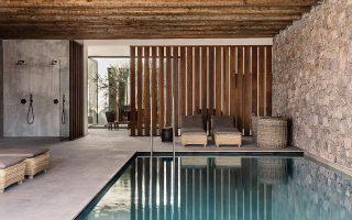 Το κλειστό κολυμβητήριο του spa στο ισόγειο κτίριο αναζωογόνησης, που πλαισιώνεται από κουκουναριές και ελαιόδεντρα. © GeorgRoske