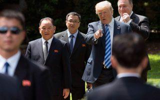 Ο Κιμ Γιονγκ Τσολ, βασικός διαπραγματευτής της Βόρειας Κορέας, με τον Αμερικανό πρόεδρο Ντόναλντ Τραμπ και τον υπουργό Εξωτερικών Μάικ Πομπέο στον Λευκό Οίκο.