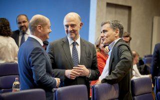 Ο υπουργός Οικονομικών Ευκλείδης Τσακαλώτος (Δ) συνομιλεί με τον επίτροπο Οικονομικών, Πιέρ Μοσκοβισί (K) και τον υπουργό οικονομικών της Γερμανίας, Όλαφ Σολτς (Olaf SCHOLZ) (Α) κατά την διάρκεια της συνεδρίασης των υπουργών οικονομικών της ευρωζώνης, στο Λουξεμβούργο, Πέμπτη 21 Ιουνίου 2018. ΑΠΕ-ΜΠΕ/European Union/Mario Salerno