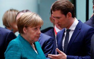 Δύο ηγέτες, δύο στρατηγικές: η επίμονα φιλελεύθερη Μέρκελ και ο Σεμπάστιαν Κουρτς, που συγκυβερνά με την εθνικιστική Ακροδεξιά στην Αυστρία.