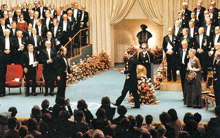 Με τέσσερα χρόνια καθυστέρηση, το 1974, ο βασιλιάς της Σουηδίας Κάρολος Γουσταύος παραδίδει το Νομπέλ Λογοτεχνίας στα χέρια του Σολζενίτσιν.