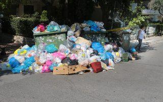 Σκουπίδια σε δρόμο στου Ζωγράφου , Σάββατο 23 Ιουνίου 2018. Παρόλο που αποκαταστάθηκε η ρηγμάτωση από την έντονη βροχόπτωση της 10ης Ιουνίου, που προκάλεσε αρχικά διακοπή και ακολούθως υπολειτουργία του ΧΥΤΑ της Φυλής αρκετά σκουπίδια σωρεύονται στους δρόμους του λεκανοπέδιου. ΑΠΕ-ΜΠΕ/ΑΠΕ-ΜΠΕ/Παντελής Σαίτας