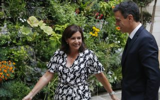 Paris' mayor Anne Hidalgo, left, welcomes Spanish Prime Minister Pedro Sanchez at the city hall in Paris, Friday, June 29, 2018. (AP Photo/Michel Euler)