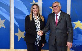 Ο πρόεδρο της Ευρωπαϊκής Επιτροπής Ζαν-Κλώντ Γιούνκερ υποδέχεται την  πρόεδρο του Κινήματος Αλλαγής Φώφη Γεννηματά κατά τη διάρκεια της συνάντησής τους, την Τρίτη 19 Ιουνίου 2018, στις ΒρυξέλλεςΑΠΕ-ΜΠΕ/ΚΙΝΗΜΑ ΑΛΛΑΓΗΣ/STR