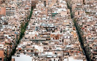 Με το έργο «Soil», η φωτογράφος απεικονίζει το σύγχρονο τοπίο της Αθήνας με τη μέθοδο του εξερευνητή μιας άγνωστης χώρας.