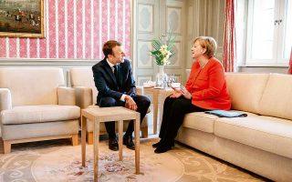 Ενα νέο κεφάλαιο στην πορεία της Ευρωπαϊκής Ενωσης θα ανοίξει με τη σύνοδο κορυφής στα τέλη αυτού του μήνα. Αυτή ήταν η κοινή υπόσχεση της Αγκελα Μέρκελ και του Εμανουέλ Μακρόν μετά τη χθεσινή συνάντησή τους στον πύργο Μέζεμπεργκ, βόρεια του Βερολίνου. Οι δύο ηγέτες συνέπεσαν στη δημιουργία επενδυτικού προϋπολογισμού της Ευρωζώνης και στη μετατροπή του ESM σε Ευρωπαϊκό Νομισματικό Ταμείο, χωρίς να υπεισέλθουν σε λεπτομέρειες. Συμφώνησαν επίσης στην ανάγκη να περιοριστούν οι ροές παράτυπων μεταναστών και να ενισχυθεί ο Frontex.
