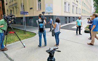 Τηλεοπτικά συνεργεία μπροστά από ένα τζαμί στη Βιέννη καλύπτουν την είδηση για το κλείσιμο συνολικά επτά τζαμιών και την έρευνα εις βάρος 40 ιμάμηδων από την αυστριακή κυβέρνηση. «Οι ενέργειες αυτές αντανακλούν την ισλαμοφοβία, τον ρατσισμό και τις διακρίσεις που κυριαρχούν στην Αυστρία», ανέφερε ο εκπρόσωπος Τύπου του Τούρκου προέδρου Ερντογάν, ενώ ο νέος υπουργός Εσωτερικών της Ιταλίας και ηγέτης της Λέγκας του Βορρά, Ματέο Σαλβίνι, χαιρέτισε την απόφαση του καγκελαρίου Σεμπάστιαν Κουρτς.