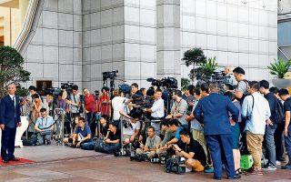 Απεσταλμένοι διεθνών μέσων ενημέρωσης πολιορκούν το ξενοδοχείο Ritz-Carlton, όπου συναντήθηκαν χθες αντιπροσωπείες των δύο χωρών για τις τελευταίες προετοιμασίες ενόψει της σημερινής συνόδου.