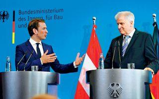 Ο Αυστριακός καγκελάριος Σεμπάστιαν Κουρτς στρέφεται προς τον Γερμανό υπουργό Εσωτερικών Χορστ Ζεεχόφερ (δεξιά) προτείνοντας «άξονα προθύμων» ανάμεσα στο Βερολίνο, στη Βιέννη και στη Ρώμη για την «προστασία των εξωτερικών συνόρων της Ε.Ε.». Οι δύο δεν απάντησαν στην ερώτηση αν η χώρα στην οποία σκοπεύουν να στέλνουν τους αιτούντες άσυλο είναι η Αλβανία, όπως αναφέρουν αυστριακά μέσα ενημέρωσης. Εν τω μεταξύ, η γαλλοϊταλική κόντρα για τη διαχείριση του προσφυγικού κινδυνεύει να τορπιλίσει τη συνάντηση Κόντε - Μακρόν.